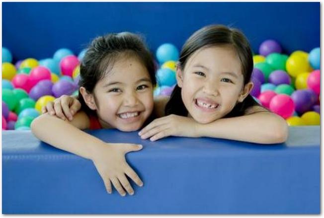 ボールプールで遊ぶ2人の女の子