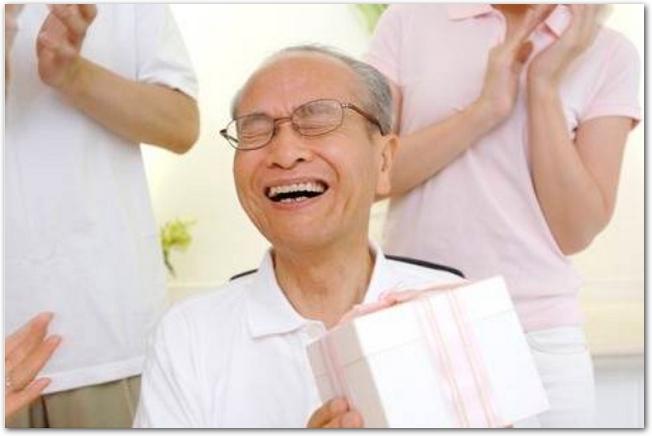 プレゼントをもらって笑顔で喜ぶおじいちゃん