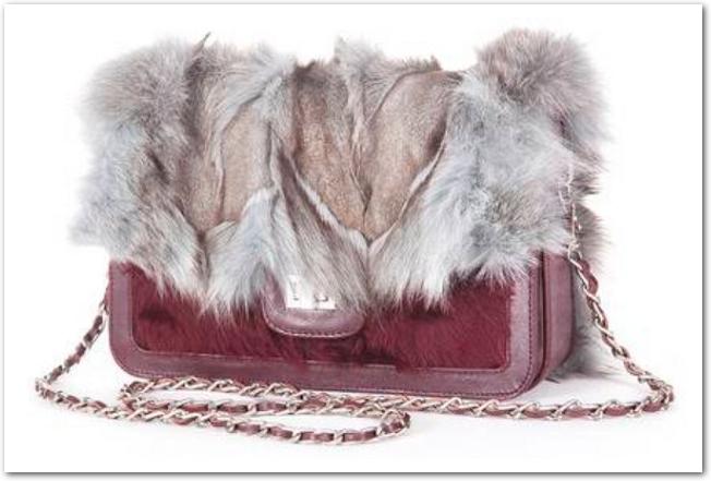 チェーン付きのファーバッグ